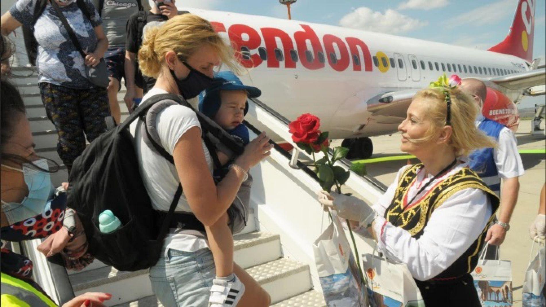 180 туристов прибыли в аэропорт Бургас первым чартерным рейсом из Украины
