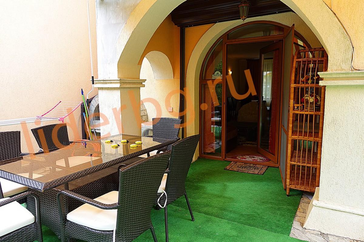 Зона отдыха в самостоятельном дворике в Вилла Романа в Елените в Болгарии