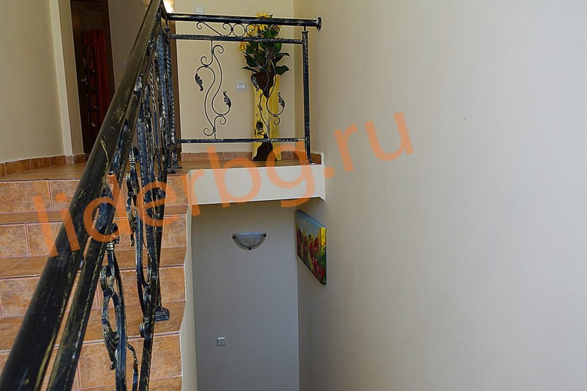 Вид лестницы на второй этаж в Вилла Романа в Елените в Болгарии