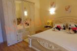 Меблировка белой спальни на втором этаже в Вилла Романа в Елените в Болгарии