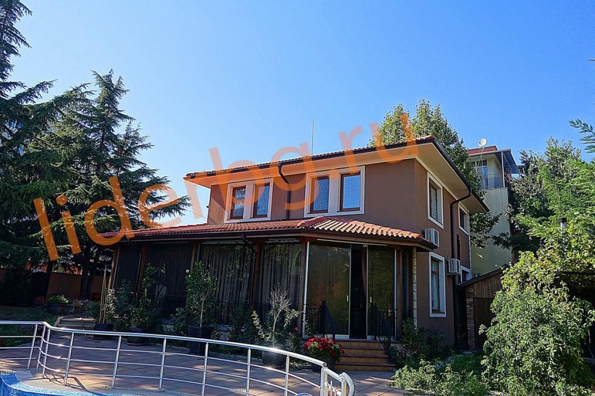 На территории участка дома в Болгарии в Равде посажены огромные ели, которые украшают ландшафт, отдельно стоящее здание сауны 20 м2,  современный бассейн.