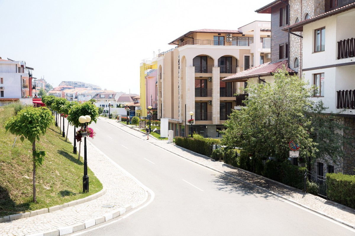 Инфраструктура местности рядом с комплексом Гранд Вилла в Святом Власе в Болгарии