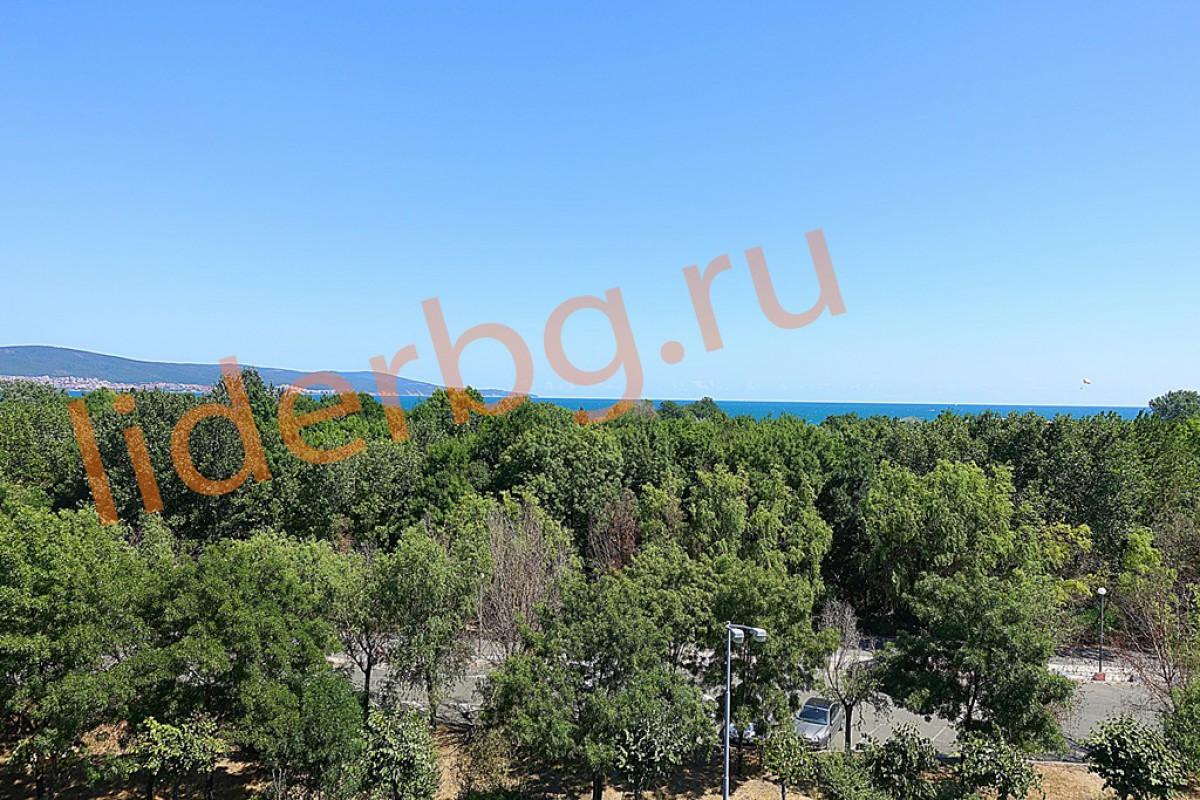 Вид на море и парк с терассы квартиры в комплексе Какао Резиденс на Солнечном берегу в Болгарии