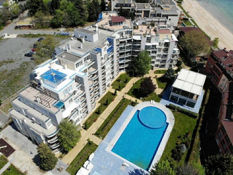 Территория комплексе Оазис в Равде Болгария
