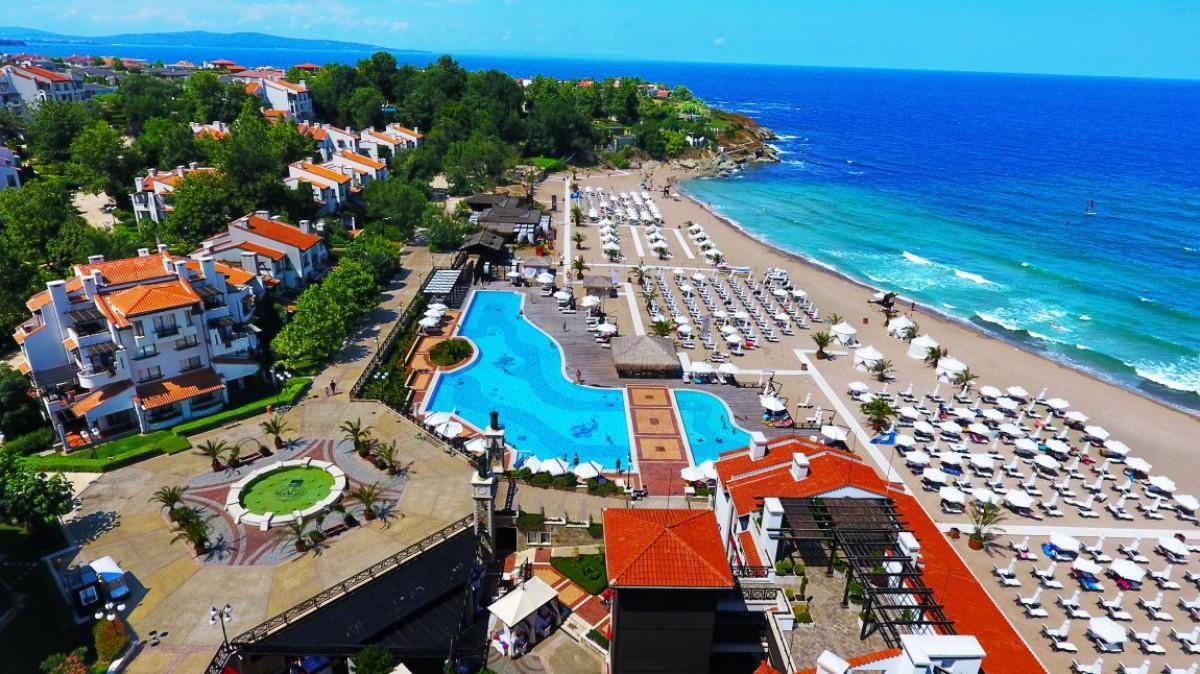 Пляж возле комплекса Оазис Резорт СПА в Лозенец Болгария