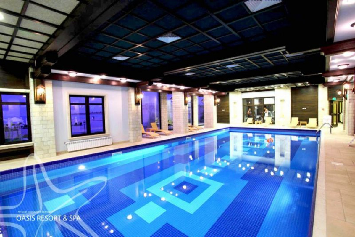 Внутренний бассейн в комплексе Оазис Резорт СПА в Лозенец Болгария