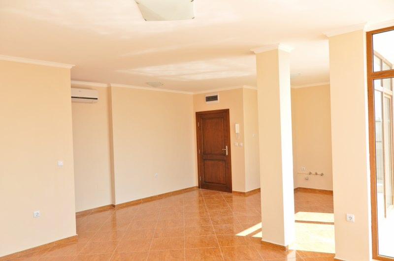 Гостиная комната с кухонной зоной в квартире комплекса Хелиос в Святом Власе Болгария