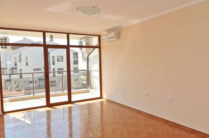 Французские окна в гостиной в квартире комплекса Хелиос в Святом Власе Болгария